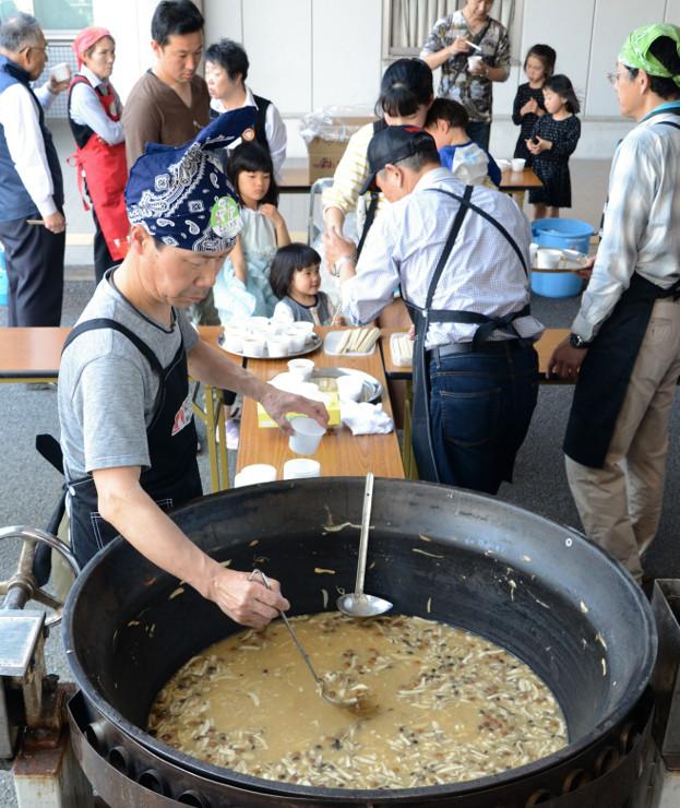 大鍋で調理したきのこ汁が振る舞われた「ナガノきのこ大祭」