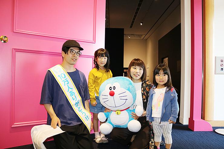 10万人目の来館者となった山森さん一家。左から健太郎さん、梨花ちゃん、瞳さん、星名ちゃん=藤子・F・不二雄ふるさとギャラリー