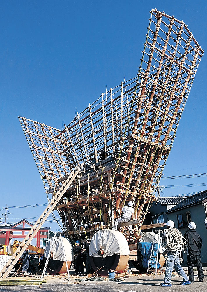 でか山を組み立てる若衆=七尾市の大地主神社