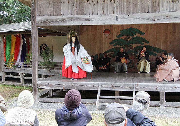 能シーズンの幕開けとなる「大膳神社例祭奉納能」。演目「葛城」が演じられた=18日、佐渡市竹田