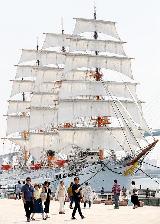 ことし初めて29枚全ての帆を広げた海王丸=海王丸パーク