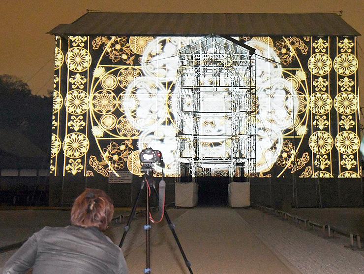 山門を覆うシートに投影された3Dプロジェクションマッピング=瑞龍寺