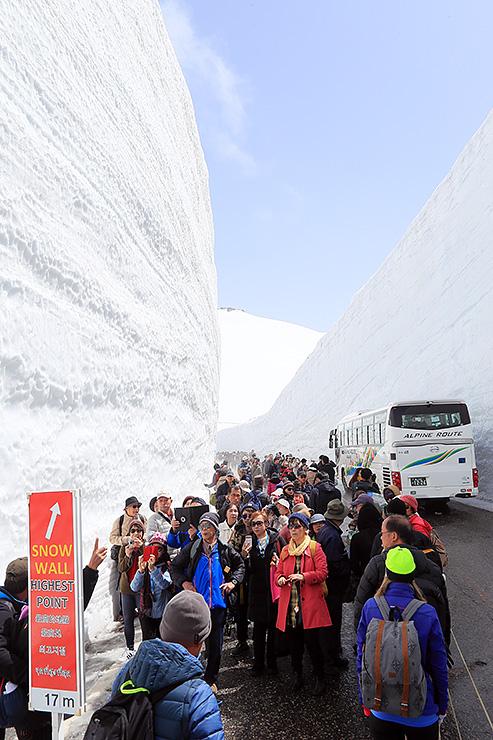 観光客でにぎわう立山黒部アルペンルートの「雪の大谷」=16日