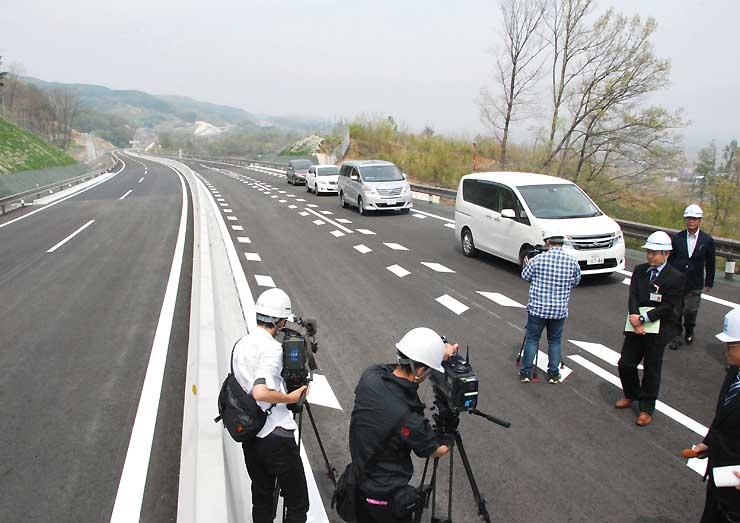 公開された中部横断道。佐久臼田IC北側には、片側2車線の追い越し区間がある