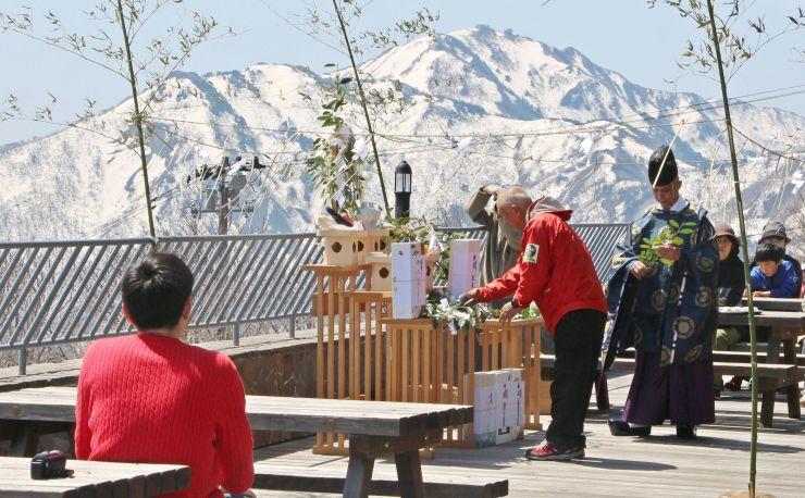 登山客の安全を祈願したドンデン高原の神事=21日、佐渡市椿