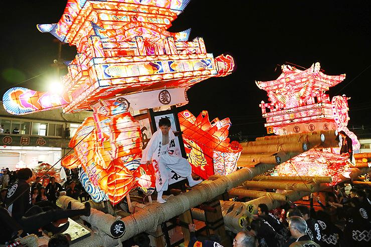 昨年の津沢夜高あんどん祭。大あんどんに乗った住民の両側にある飾りが「つりもの」=小矢部市津沢