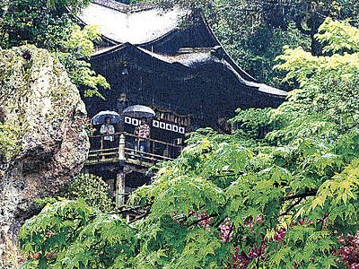 那谷寺の新緑、ぬれて鮮やか 参拝者、境内散策楽しむ