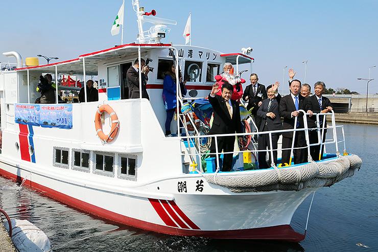 氷見沖で運航されている観光遊覧船=2017年4月、氷見市漁業文化交流センター