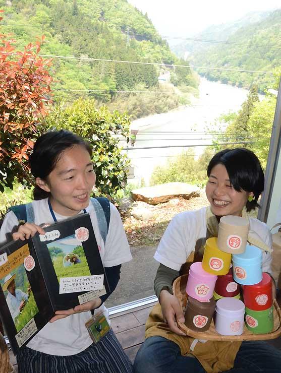 天竜川を見下ろす民家でカフェ「茶むらい」を準備中の内藤さん(右)と福本さん