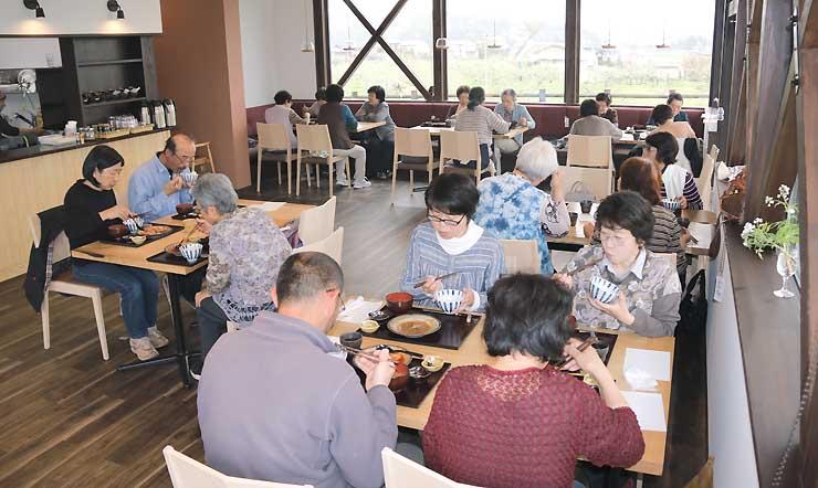 開店を控えたレストラン「食ごよみ『日和』」でメニューを試食する組合員ら