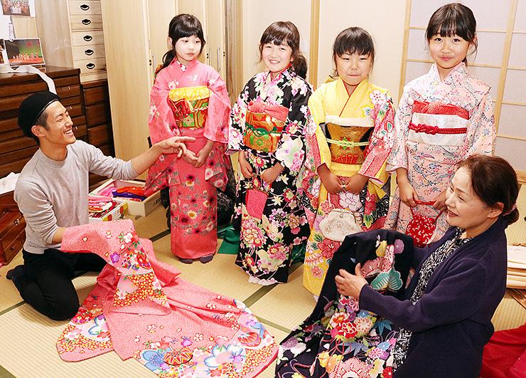29日に向け、着物を選ぶ子どもたちと見守る元井さん(左)
