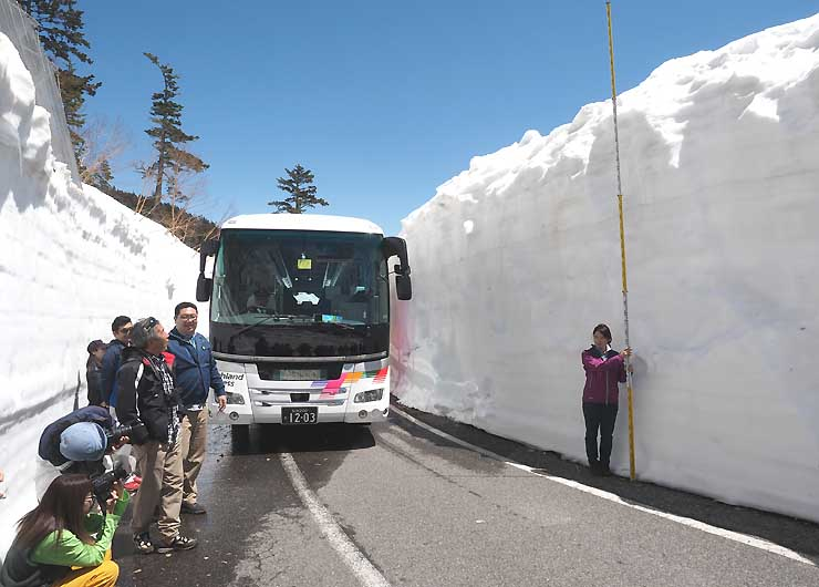 試運転のバスを止め、積雪状況を確認する観光や行政の関係者ら