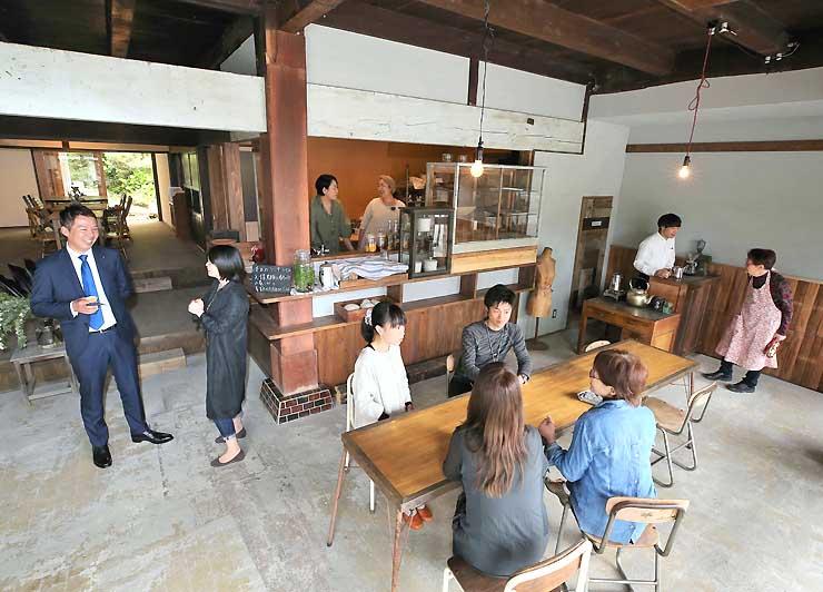 カフェや雑貨を扱う店に生まれ変わり、オープン初日からにぎわう「テンリュウ堂」=27日