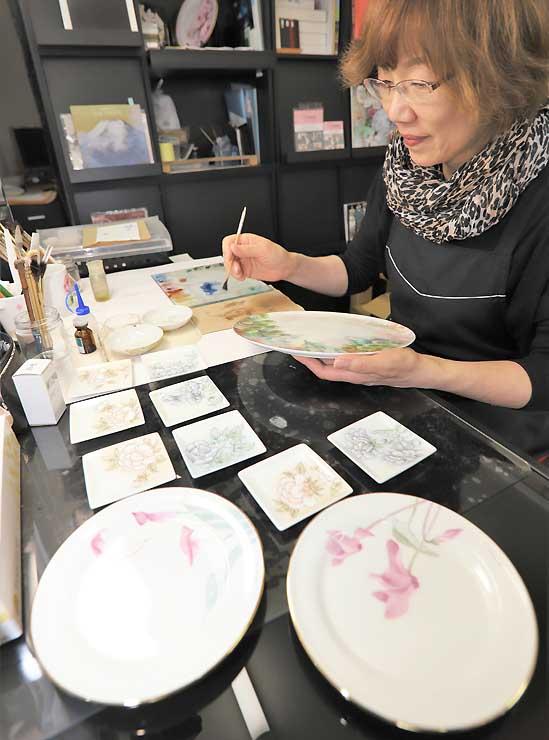 催しで皿の絵付け体験会を開く中平さん