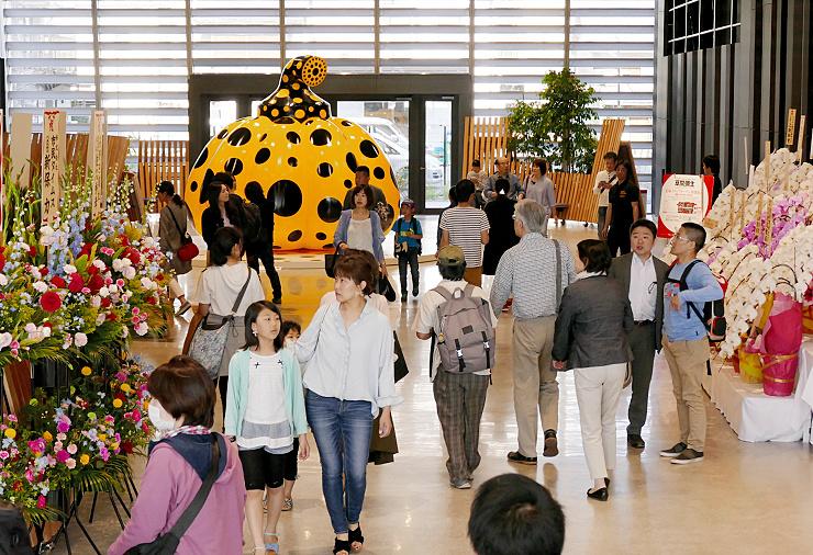 全面開業でにぎわう信毎メディアガーデン1階ホール=28日午後3時10分、松本市中央2