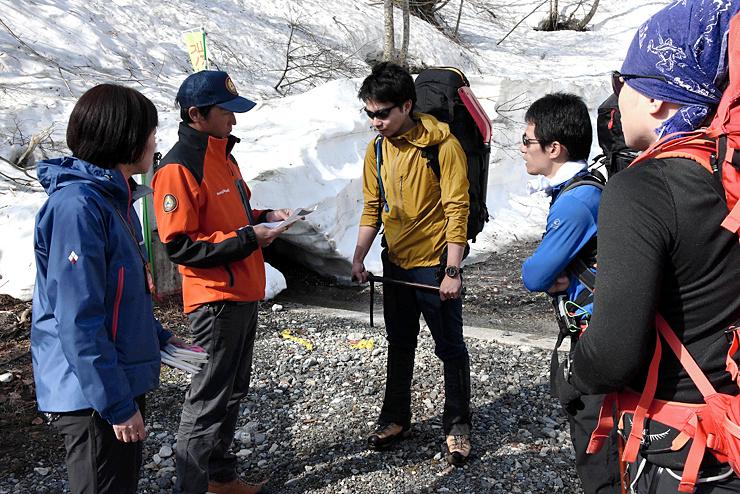 山スキーヤーに雪崩への注意を呼び掛ける北ア北部地区遭対協の隊員=白馬村猿倉