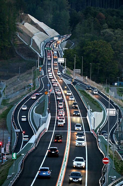 延伸開通し、多くの車が行き交う中部横断道=28日午後6時34分、佐久市の佐久臼田インター