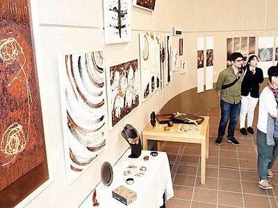 紙の造形や写真、多彩100点超 今立現代美術紙展が開幕