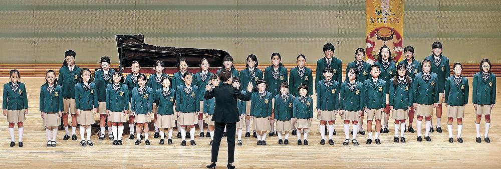 元気いっぱいの歌声を響かせるもりのみやこ少年少女合唱団=北國新聞赤羽ホール