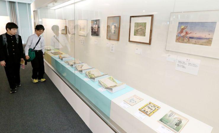 小川未明や川上四郎の作品が載った児童雑誌などを展示した「子どもと夢の世界」展=27日、新潟市中央区のにいがた文化の記憶館