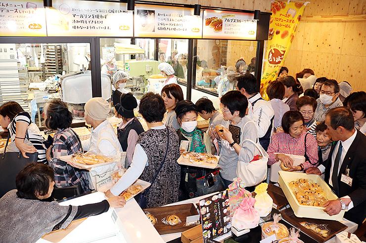 たくさんの人でにぎわう米粉パンの販売コーナー=立山町五百石