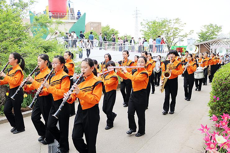 息の合った軽快な旋律を奏でながら練り歩く参加者