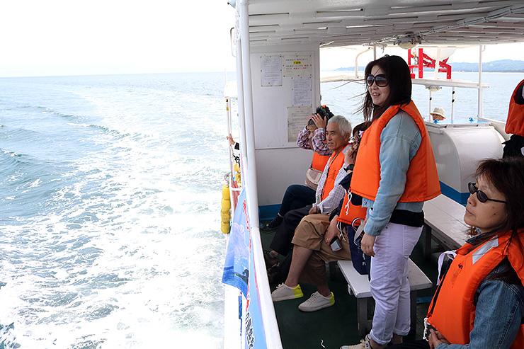 遊覧船からの眺めを楽しむ乗客=氷見市沖合