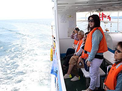 イルカウオッチ楽しみ 氷見沖クルージング始まる
