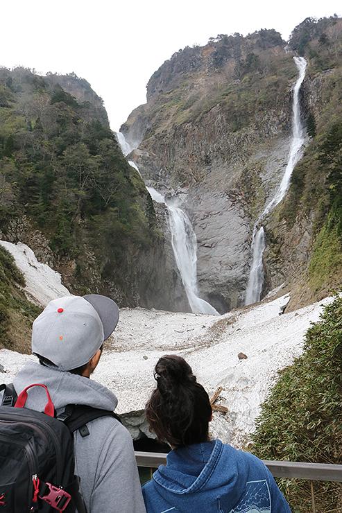 勢いよく流れ落ちる称名滝(左)とハンノキ滝