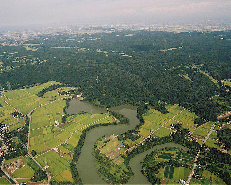 山城として優れた防御機能を誇った増山城跡(中央)と増山遺跡(手前)=砺波市増山