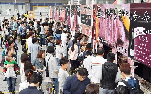 「お肉マルシェ」が開幕し、お目当ての肉料理のブース前に並ぶ来場者=5月3日、福井県福井市のハピテラス