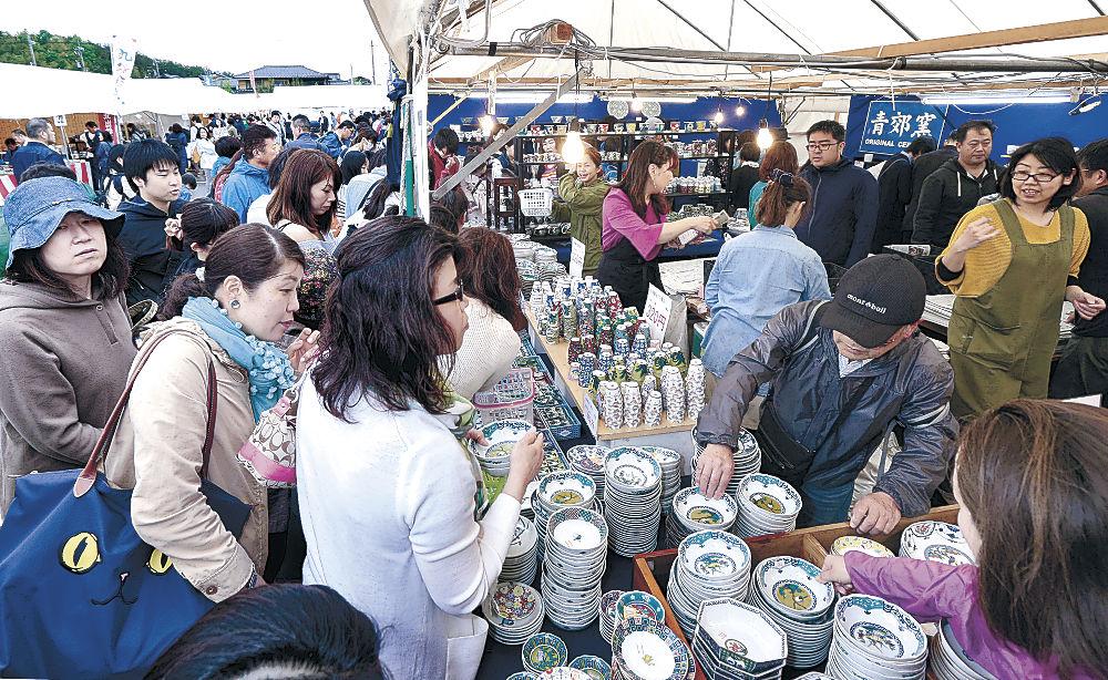 買い物客でにぎわうまつり会場=能美市泉台町の九谷陶芸村