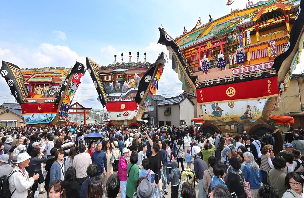 勢ぞろいした3台のでか山と弐ノ鳥居=七尾市山王町の大地主神社