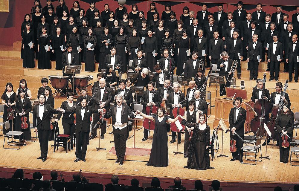 レクイエムを歌い、カーテンコールに応える出演者=金沢市の県立音楽堂