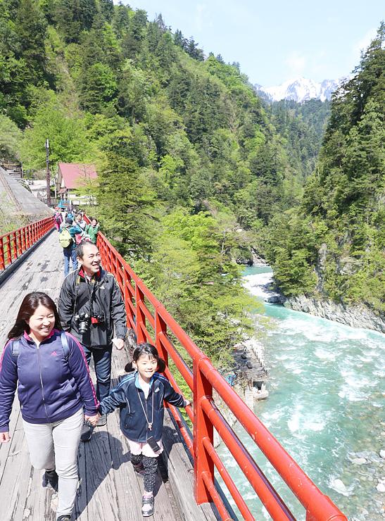 奥鐘橋から新緑の眺めを楽しむ観光客=黒部峡谷・欅平