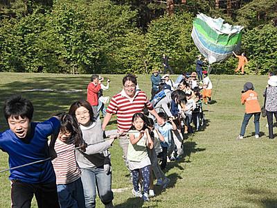 大だこ、空に舞い上がれ アルプスあづみの公園で80人参加