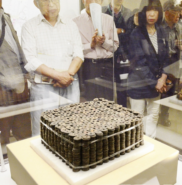 特別公開展で展示されている銅銭=福井県福井市の県立一乗谷朝倉氏遺跡資料館