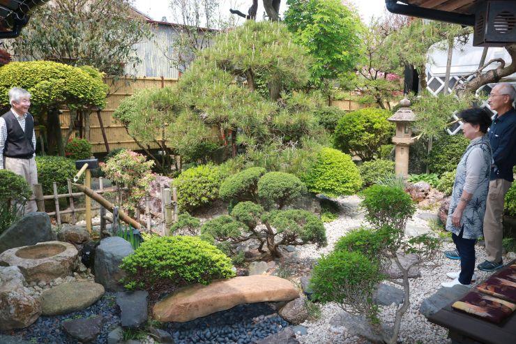 趣のある庭を楽しむ観光客=1日、村上市