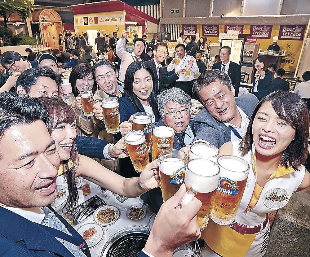 ビールを乾杯する客=金沢市内のホテル