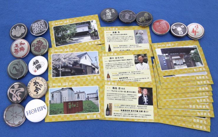 スタンプラリーの景品として新たに作られた酒蔵カードと缶バッジ