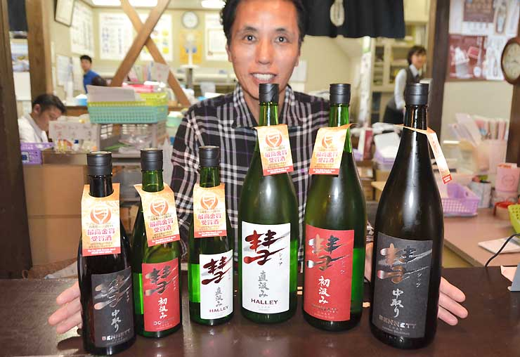 日本酒「彗(シャア)」を並べる遠藤さん