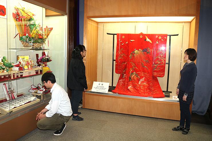 砺波地方の花嫁衣装や嫁入り道具を紹介する特別展