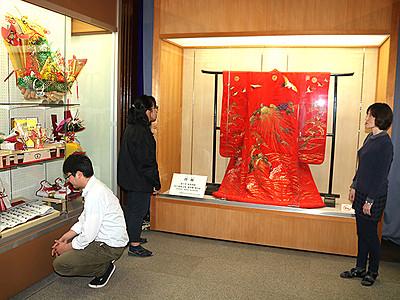 砺波の嫁入り紹介 市郷土資料館で国重文打ち掛け展示
