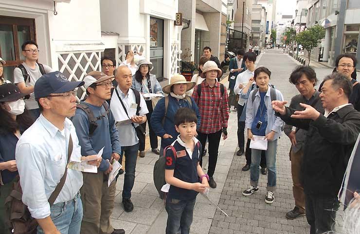 松本市中心部を巡り、街並みや湧水について学んだ「建築家と巡る城下町みずのタイムトラベル」=3日