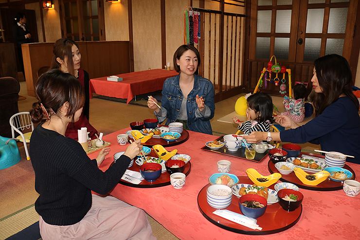 高岡ホテルでランチを楽しむ親子ら。子ども連れでも気兼ねなく食事できるよう改装した