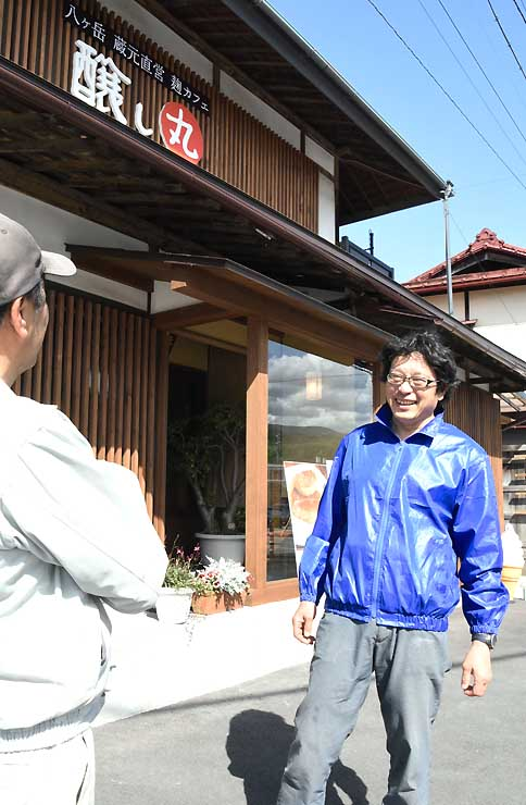 6月から生どぶろくを提供する醸し丸の前で知人と話す伊藤社長