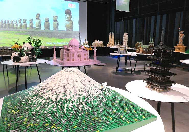 レゴブロックで作った「世界遺産」の作品が飾られた信毎メディアガーデン=11日、松本市中央2