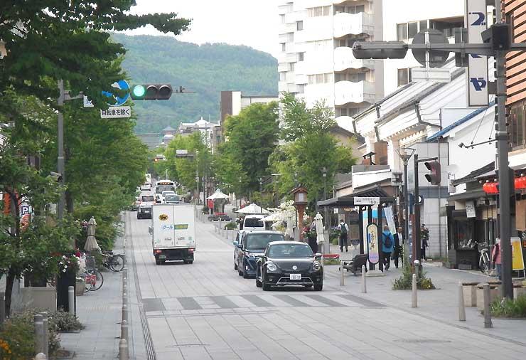 冬場にイルミネーションで飾る善光寺表参道の中央通り