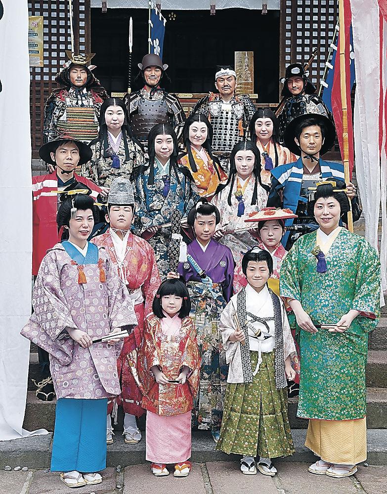 衣装を身にまとい、記念撮影に臨む出演者=金沢市の尾山神社