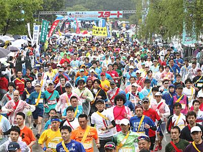 雨の城内、7200人駆ける 金沢城リレーマラソン春の陣